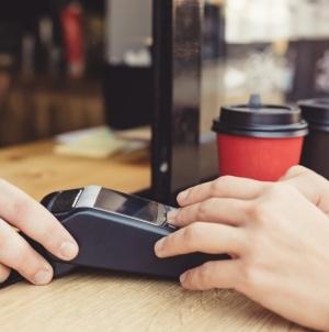 Банковские карты начнут принимать в ларьках: чего ждать людям и бизнесу