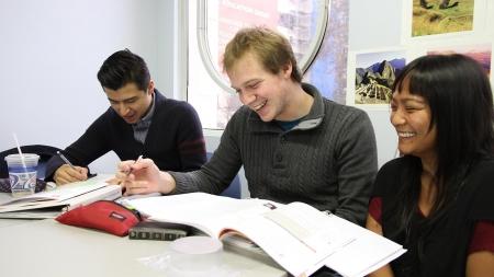 Все российские вузы начнут принимать бизнес-проекты вместо дипломов