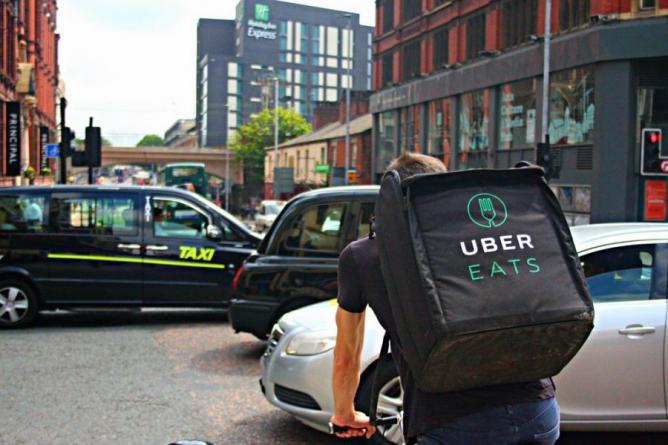 В Киеве запустили сервис доставки еды Uber Eats: заказ привезут за 30 грн