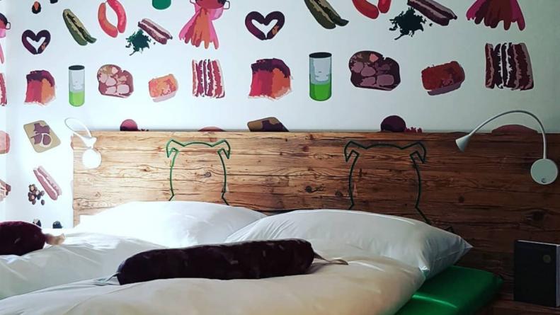 """В Германии открыли """"колбасный"""" отель. Вегетарианцы не одобряют"""