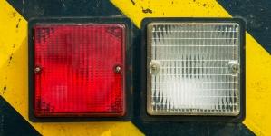 Місця проведення небезпечних робіт допускач помічає сигнальними пристроями