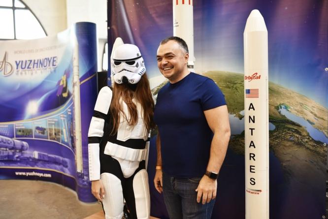 «Перший супутник, VR-подорожі поверхнею Місяця, підготовка до колонізації Марсу»: у Дніпрі проведуть виставку космічних технологій України